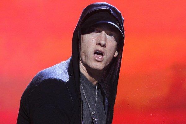 Americký rapper, hudobný producent, textár a herec je ročník 1972. Celý svet ho pozná pod prezývkou Eminem, jeho občianske meno je Marshall Bruce Mathers III, používa aj alter ego Slim Shady. Doposiaľ vydal osem sólových albumov.