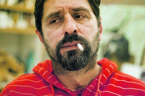 Zvonko Lakčević (1965) sa narodil v Kotore v Čiernej Hore. Od siedmich rokov  žil v chorvátskej Rijeke, kde skončil bakalárske štúdium žurnalistiky, v rokoch 1989 až 1991 žil v slovinskej Izole a odtiaľ prišiel do Československa, kde žije až dodnes. Študo