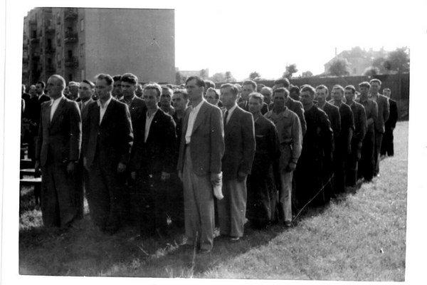 Tryzna za robotníkov, ktorí zomreli  pri bombardovaní fabriky Apollo v roku 1944. Táto a ďalšie pôvodné fotografie budú vo videoprojekcii sprevádzať premiéru v Slovenskej filharmónii.