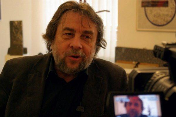 Ladislav Snopko (1949), archeológ, dramaturg a publicista, oficier Rádu umenia a literatúry Francúzska. Od polovice 70. rokov organizátor alternatívnej umeleckej scény v Československu. V roku 1989 zakladajúci člen VPN, v rokoch 1990 – 1992 minister kultú