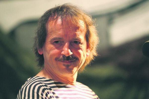 Vlasta Redl (54) je moravský spevák a multiinštrumentalista. Začínal s folkom, neskôr hrával aj rock a bigbít a skvele pretváral ľudové pesničky a motívy. Hrával najmä s kapelou AG Flek, koncertoval aj Slávkem Janouškem a Samsonom Lenkom, so skupi
