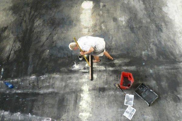 Keď je plátno obrovské, nech je aj výjav obrovský, hovorí Andrej Dúbravský (na snímke pri práci).