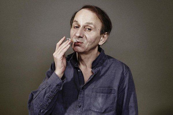 Michelovi Houellebecqovi (57) vyšla pred tromi mesiacmi básnická zbierka Configuration du dernier rivage (Usporiadanie posledného pobrežia). Film o ňom nakrúca Guillaume Nicloux, ktorý nedávno na Berlinale predstavil adaptáciu Diderotovej Mníšky.