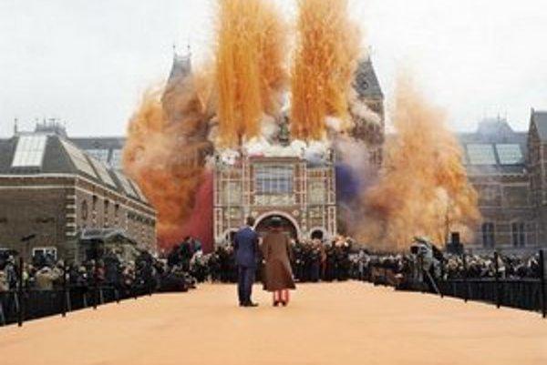 Riaditeľ múzea Wim Pijbes a ex-kráľovná Beatrix počas otvorenia holandského národného múzea v národných farbách.