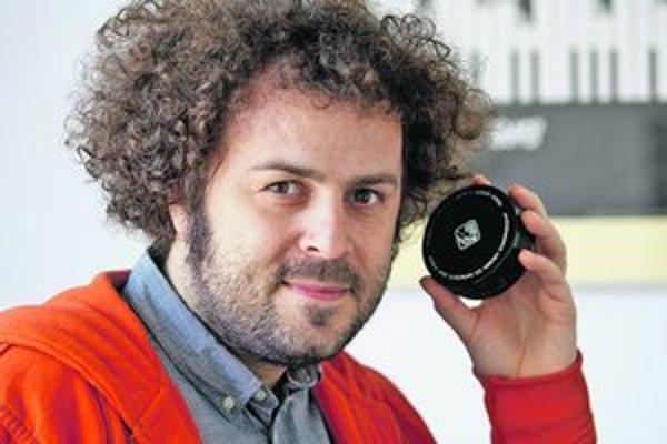 """Maroš Schmidt (1978) – absolvent priemyselného dizajnu na VŠVU, kurátor, priemyselný dizajnér na voľnej nohe a """"bojovník"""" za Múzeum Dizajnu."""