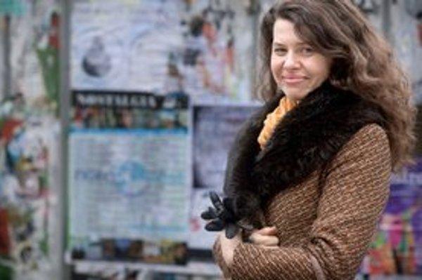 Mira Fornay (1977) vyštudovala réžiu na pražskej FAMU. Ukončila ju filmom Malé nesdělení, ktorý vyhral cenu za najlepší film na ArtFilme v Trenčianskych Tepliciach 2003 a cenu za najlepší krátky film na FVEF v Chotěbuze v roku 2003. Počas štúdia na Na