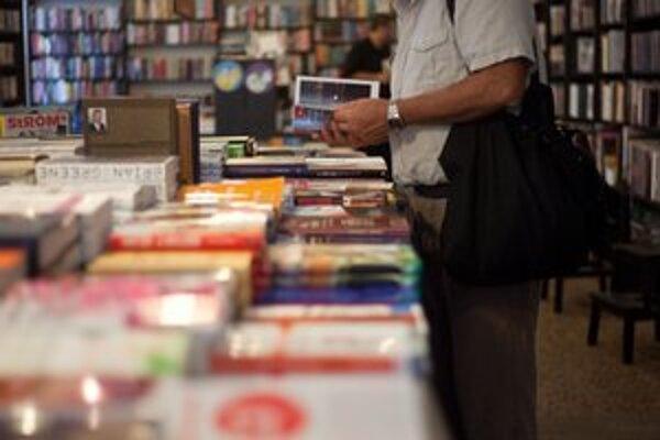 Ľudia sa riadia aj rebríčkom najpredávanejších kníh.