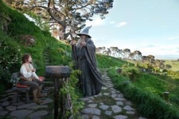 Dobrodružstvo Tolkienovho hobita sa začína na priedomí. Mohol to byť príjemný deň vyplnený jedlom a fajčením, keby sa tu nezastavil čarodejník Gandalf.