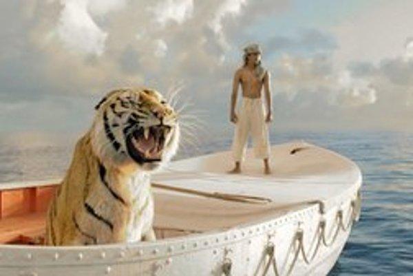 Tiger a herecký debutant z Indie Suraj Sharma v hlavných úlohách vo filme Anga Leeho Pí a jeho život.