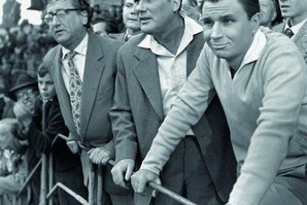 Zľava: Arnošt Garlaty, František Dibarbora a Anton Mrvečka na tribúnebratislavského Slovana