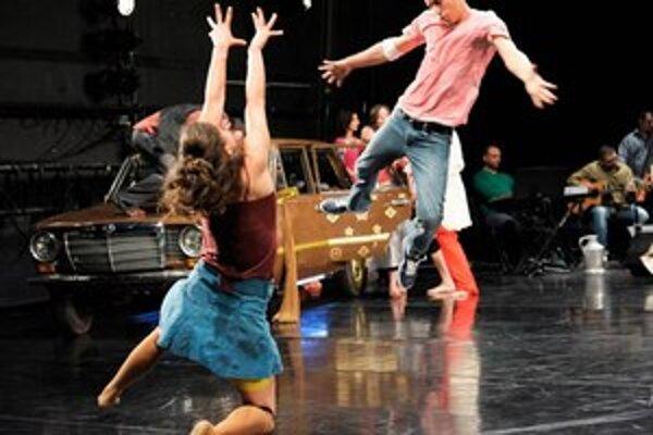 Piatok sa začína najväčší divadelný festival na Slovensku Divadelná Nitra. Úvodné predstavenie Otvorení všetkému pochádza z Nemecka, jeho režisérka Constanza Macras z Brazílie a rómski herci z rôznych miest sveta.