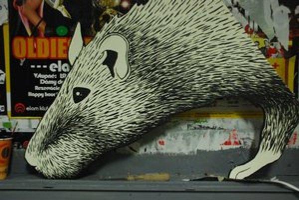 Dominika zo ŠUPky maľovala veľkého potkana. Má symbolizovať predsudky.