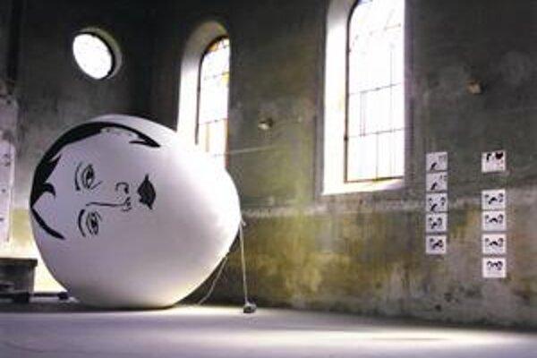 Jenny Schmid (USA): Skazenosť mladých dievčat, balón, kresby, animované video, 2002.