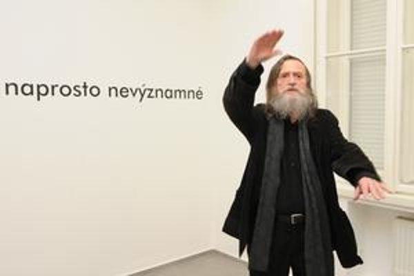 Jiří Valoch na svojej výstave v Galérii 19.