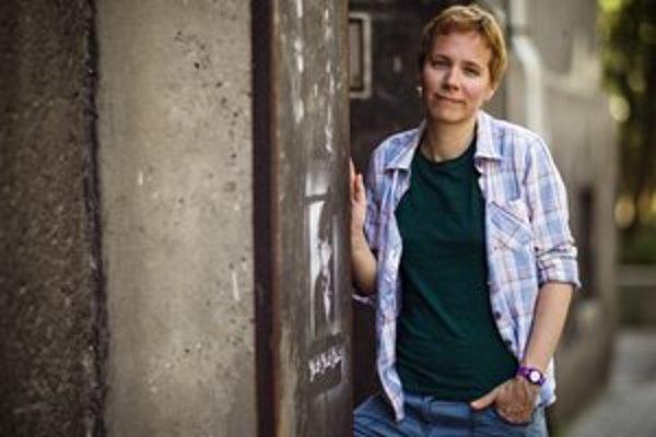 Jana Beňová (1974) vyštudovala divadelnú dramaturgiu na VŠMU. Vydala tri zbierky poézie Svetloplachý, Lonochod, Nehota a prózy Parker, ľúbostný román, Dvanásť poviedok a Ján Med, Plán odprevádzania – Café Hyena. Najnovší dvojdielny román/báseň Preč! P