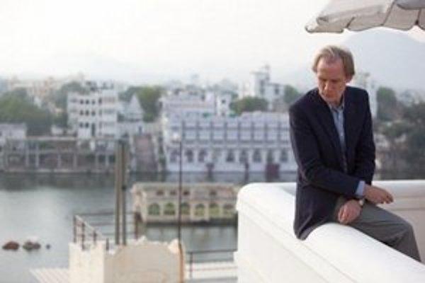 """Bill Nighy vo filme Báječný hotel Marigold. Hrá jedného z anglických dôchodcov, ktorí v Indii pochopia, že """"život nie je právo, ale výsada""""."""