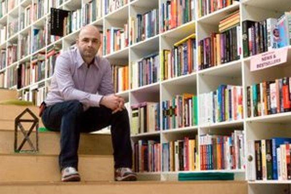 Ivan Sládeček (1978) vyštudoval ekonómiu a manažment v Bratislave. Napísal knihy The 20th Century Best Poetry a Dezert. Jeho kníhkupectvo Alexis sídli v bratislavskej Cvernovke na Košickej ulici od roku 2010, vlani získalo cenu za najlepší interiér CE.ZA.