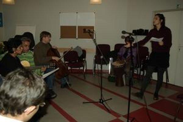 Rómsku pieseň Kali som, kali som vie zaspievať aj Jana Kirschner.