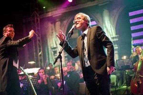 Meky Žbirka s dirigentom Adriánom Kokošom, ktorý je krstným otcom jeho albumu a orchestrom Cappella Istropolitana pri vlaňajšom turné.