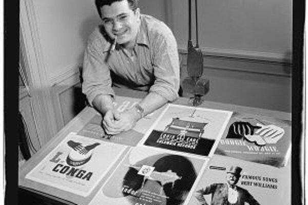 Alex Steinweiss v roku 1947 s niekoľkými svojimi dielami.