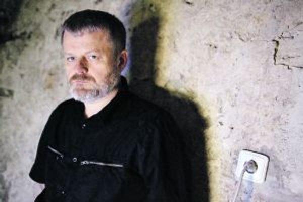 Anton Čierny (1963) v rokoch 1985 až 1991 študoval na Vysokej škole výtvarných umení v Bratislave v Ateliéri slobodnej kreativity profesora Juraja Bartusza. Od roku 1999 vedie Ateliér priestorových komunikácií + na VŠVU v Bratislave, v súčasnosti je vedúc