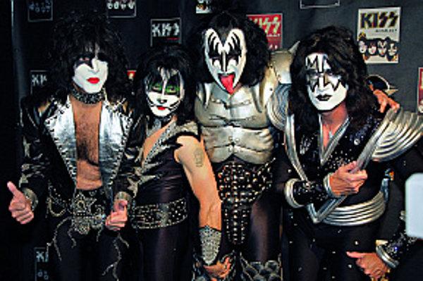Kiss - Keď povieme rock a kostýmy, nesmieme obísť klasikov – americkú hardrockovú skupinu Kiss. Vznikla v roku 1973 a vo svojich komiksových kostýmoch úspešne hrá dodnes. Vďaka líčeniu kapela prakticky nestarne, čo je výhoda, keďže líder Gene Simmons má 6
