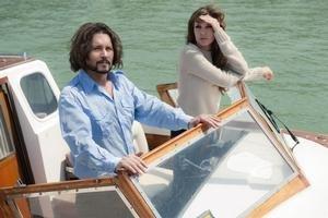 Veľké výkony, ani veľké emócie sa nekonajú. Johnny Depp a Angelina Jolie hrajú zábavné postavy.