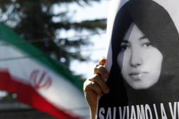 V Iráne pribúdajú obete ukameňovania. V bratislavskom kine Mladosť dnes o 17.45 premietajú film Zomrieť ukameňovaním, ktorý dostal na festivale v Berlíne Cenu za mier a spravodlivosť.