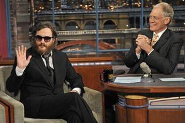 Joaquin Phoenix s novou vizážou v šou Davida Lettermana, na druhej snímke v úlohe Johnnyho Casha vo filme Walk The Line, za ktorú bol druhýkrát nominovaný na Oscara.