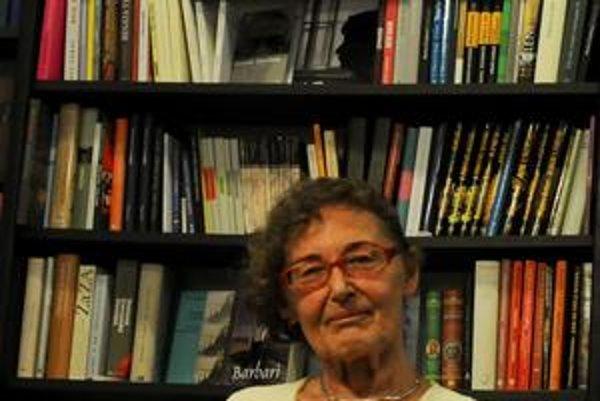 Iva Mojžišová (1939) pochádza z Bratislavy. V rokoch 1963-1997  pracovala v SAV. Venuje sa  dejinám umenia, kultúry a umeleckej kritike. Vlani jej vyšla kniha Giacomettiho smiech?, je  autorkou publikácií Giacomettiho oko, Fotografické etudy Ladislava Fol