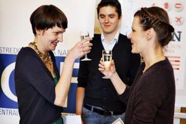 Petra Feriancová (vľavo) oslavuje svoje víťazstvo v Cene Oskára Čepana v spoločnosti predsedníčky poroty Alexandry Kusej a ďalšieho finalistu Jaroslava Vargu.