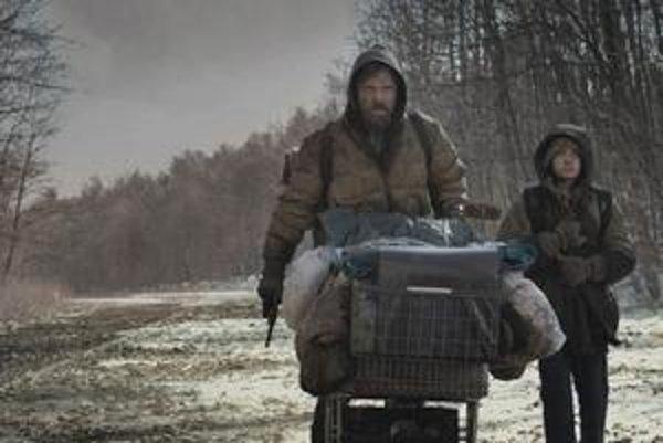Viggo Mortensen a Kodi Smit-McPhee ako otec a syn na beznádejnej ceste.