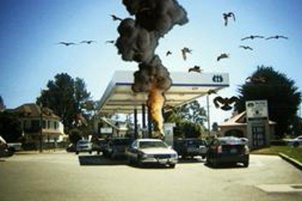 Diváci sa nevedia dohodnúť, ktorá časť tejto scény má horšie triky: výbuch na čerpacej stanici alebo vtáky?