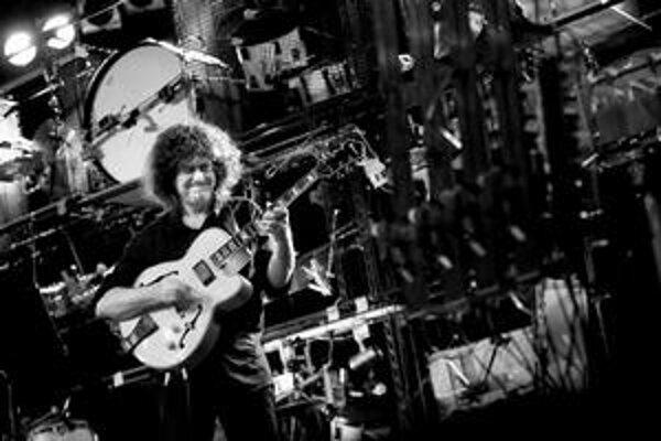 Famózny gitarista a skladateľ Pat Metheny predviedol v bratislavskej Inchebe svoj meganástroj.
