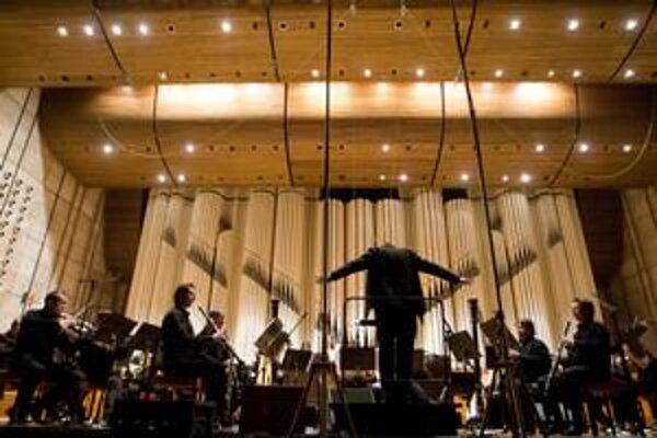 Namiesto huslí dychové nástroje, pred dirigentom gitaristi – podobne nezvyčajných koncertov ponúka Melos–Étos viac.