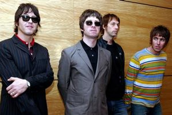 Noel Gallagher (v strede), Liam úplne vpravo.