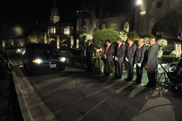 Jacksonovi príbuzní čakajú na príchod limuzíny s rakvou.