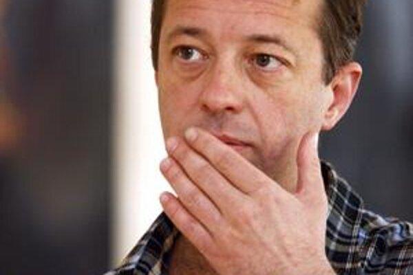 Péter Krasztev (1965) sa narodil v Budapešti, študoval slovanské jazyky na Univerzite Loránda Eötvösa v Budapešti, je kandidátom vied v odbore komparatívna literatúra. Pôsobil v Literárnom ústave Maďarskej akadémie vied, na Stredoeurópskej univerzite v Bu