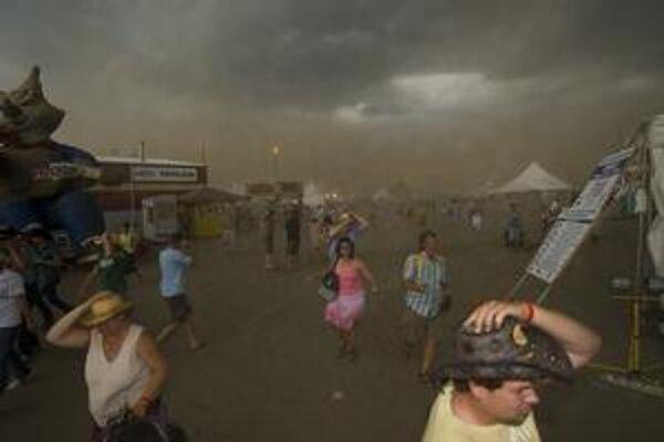 Zlé počasie spôsobilo tragédiu na kanadskom festivale Big Valley Jamboree.