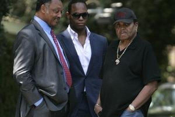 Jacksonova rodina sa nechce zmieriť s výsledkami prvej pitvy. Do stredajšej noci Michael Jackson údajne nebol chorý ani zoslabnutý.