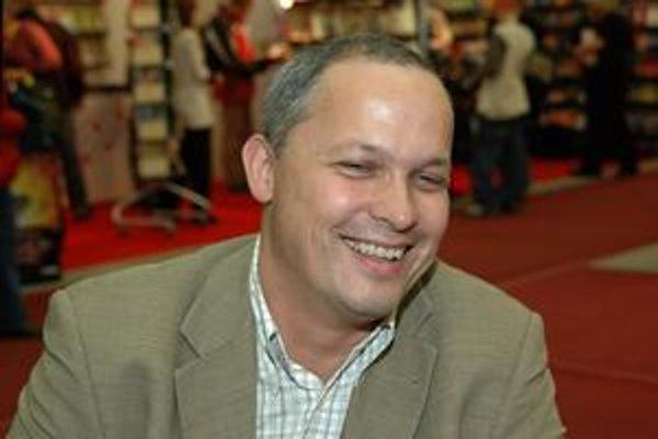 Juraj Šebesta (1964) je riaditeľom Mestskej knižnice v Bratislave, predtým pracoval v Divadelnom ústave, kde sa venoval edičnej činnosti a prekladom. V roku 2005 mu vyšla debutová zbierka poviedok Triezvenie, román Keď sa pes smeje vyšiel minulý rok v spo