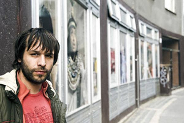 Kamil Mikulčík (1977) sa narodil v Trnave, študoval na Ekonomickej univerzite v Bratislave a paralelne herectvo na Divadelnej fakulte VŠMU. V Radošinskom naivnom divadle účinkoval v produkciách Jááánošííík, Návod na použitie, Na jeden dotyk, Ako sme sa hľ