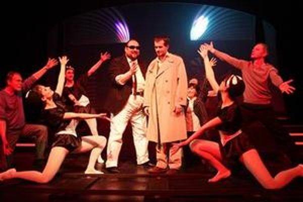 Snímka z divadelnej adaptácie Války s mloky.