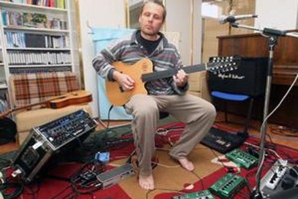 Andrej Šeban si dnes najviac vychutnáva sólové hranie na svojich rôznych gitarách a elektronika.