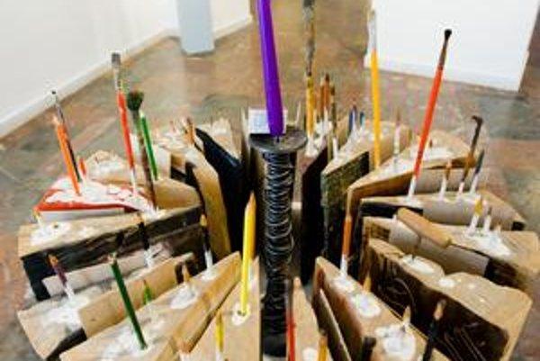 Sedemnásť drevených zákuskov dostal pred desiatimi rokmi  dnes už nebohý sochár Vladimír Preclík od svojich priateľov–výtvarníkov. Tortu vystavuje Galéria mesta Bratislavy.