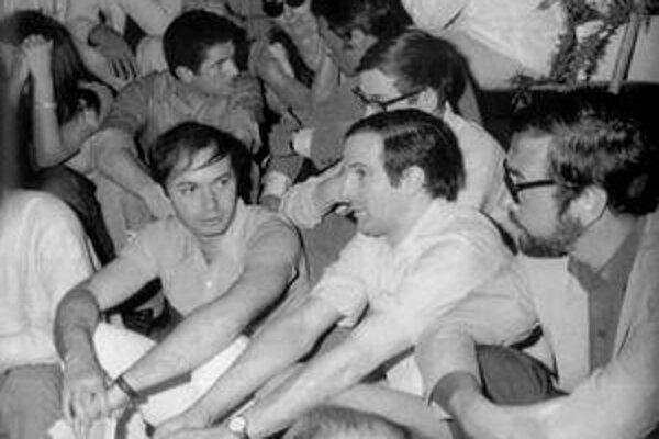 Máj 1968. Filmári Claude Berri (vľavo), Francois Truffaut (v strede) a Jean–Claude  Carriere preniesli revolučné hnutie aj na festival v Cannes.