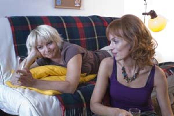 Magda (vľavo, Anna Šišková) vo chvíli, keď sa ešte dokáže zasmiať. Kamarátka Zora (Agi Gubíková) je šťastnejšia.
