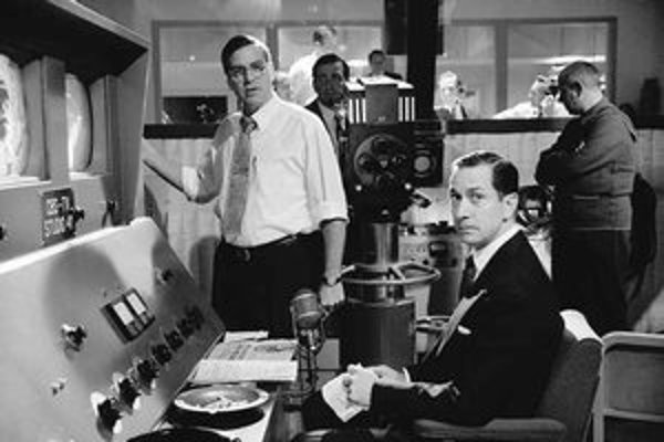 David Strathairn (vpravo) ako slávny americký novinár Ed Murrow a George Clooney ako jeho kolega.