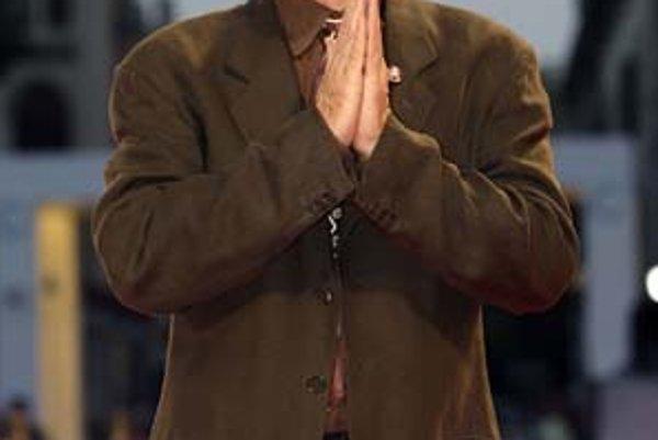 Režisér Jonathan Demme v Benátkach neuspel. Na prezentácii jeho filmu o milionárskej svadbe mu nepomohlo ani prosebné gesto.