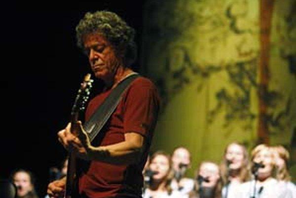 """Lou Reed počas tohtoročných """"berlínskych"""" koncertov. Za ním je detský zbor."""